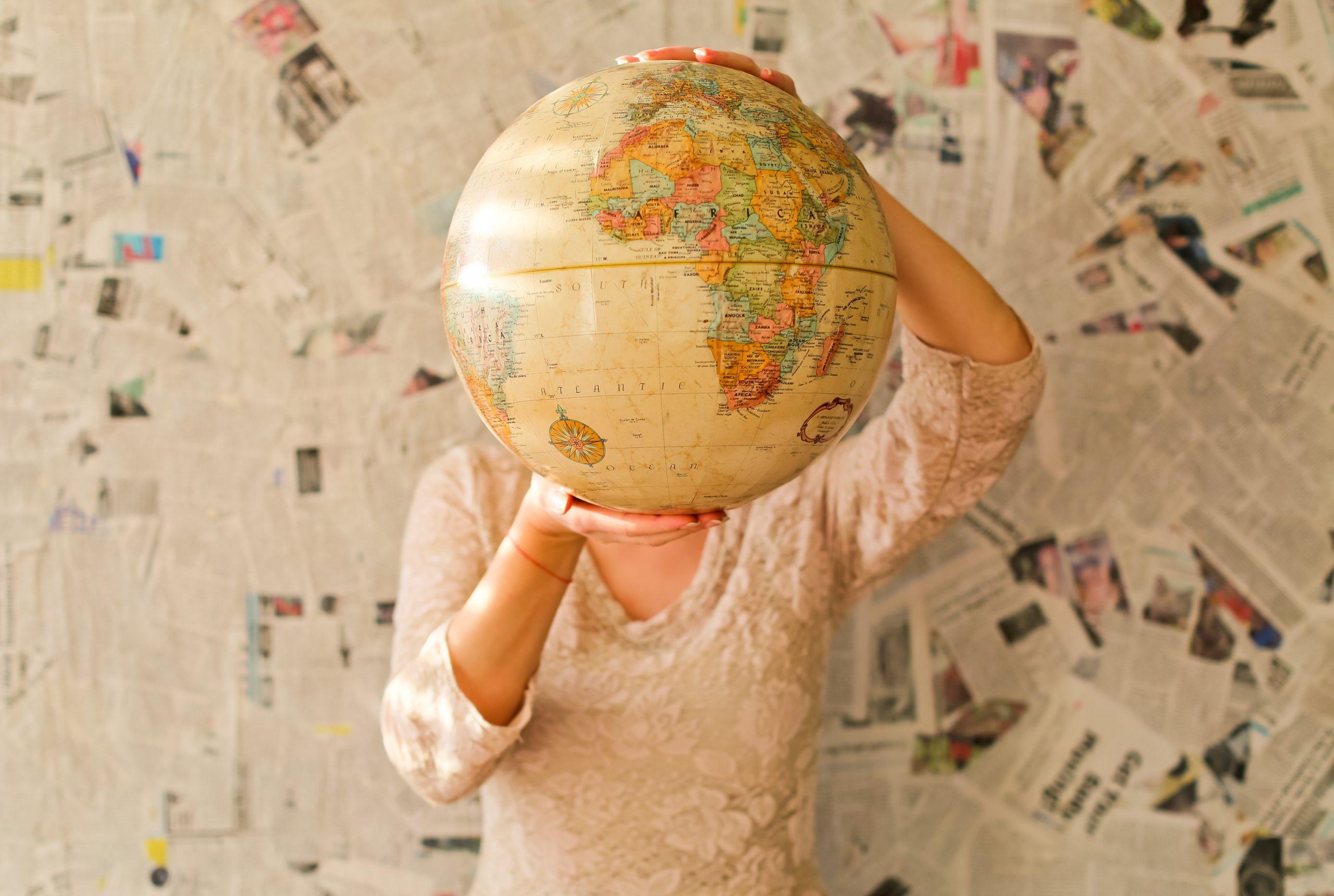 Imagen de una mujer sujetando un mapa mundi para acompañar el articulo sobre Global Food de Degusta Santa Cruz